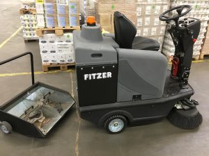 Professionelle Aufsitzkehrmaschine Ciclope 70 B, stufenloser Fahrantrieb (vorwärst/rückwärts) mit Gelbatterien und Ladegerät